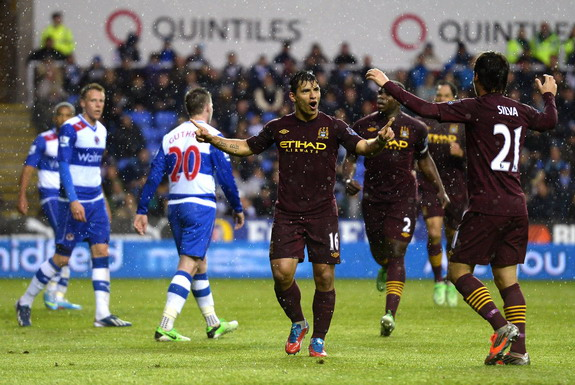 Sergio Agüero celebrates his goal against Reading with Manchester City teammate David Silva