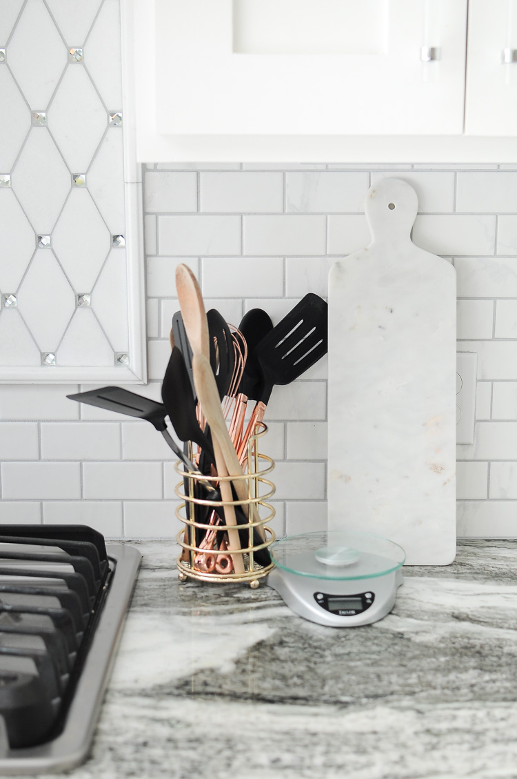 Tips for how to style your kitchen like a pro. So many great ideas in this post!