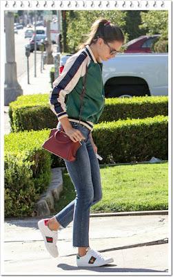 アレッサンドラ・アンブロジオ(Alessandra Ambrosio)は、ラヴァーズフレンズ × リボルブのボンバージャケットとマザーのデニム、グッチの刺繍入りスニーカーを着用。