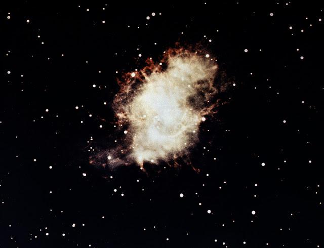 Tinh vân Con Cua qua ánh sáng khả kiến chụp bởi Đài quan sát Hale qua kính thiên văn quang học vào năm 1959. Hình ảnh: NASA Marshall Space Flight Center (NASA-MSFC).
