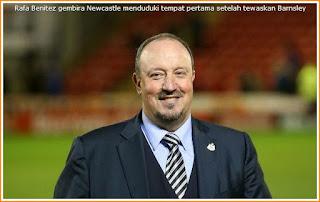 Gambar wajah gembira Rafa Benitez setelah Newcastle menduduki tempat pertama apabila kalahkan Barnsley di tempat lawan