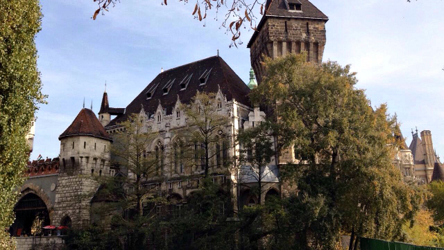 What to do in Budapest? Vajdahunyad castle in autumn