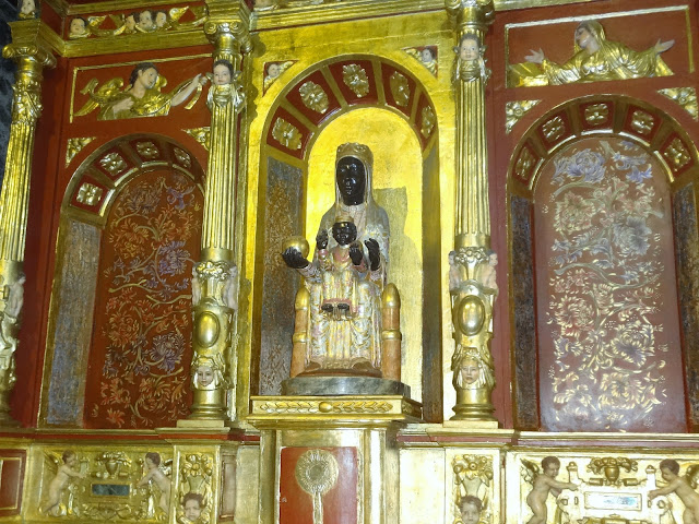モンセラーテの丘にある教会の黒人イエスキリストと聖母マリア