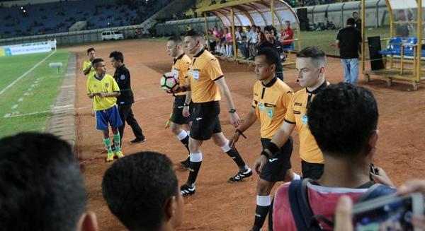 PT LIB Bingung, 15 Klub Liga 1 Juga Protes Wasit Asing