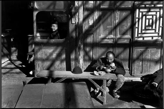 An introduction to henri cartier bresson father of modern day street photography