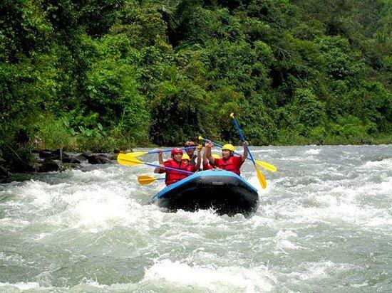 Arung Jeram di  Sungai Ombilin Sumatera Barat