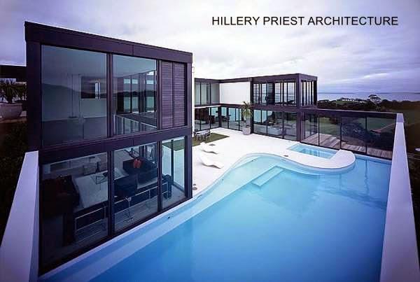 Residencia contemporánea con muros de vidrio transparente
