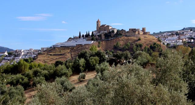 Iznájar, la villa cordobesa que domina el embalse del río Geníl desde un cerro