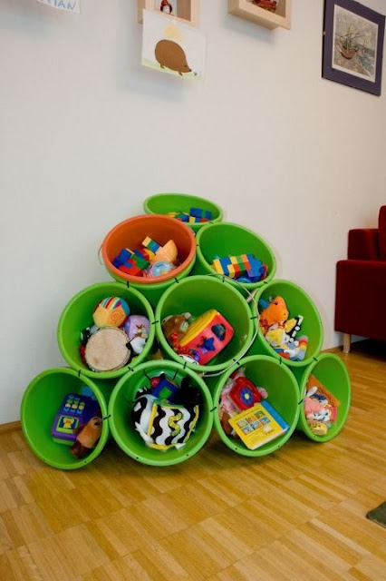 Organizando brinquedos com baldes