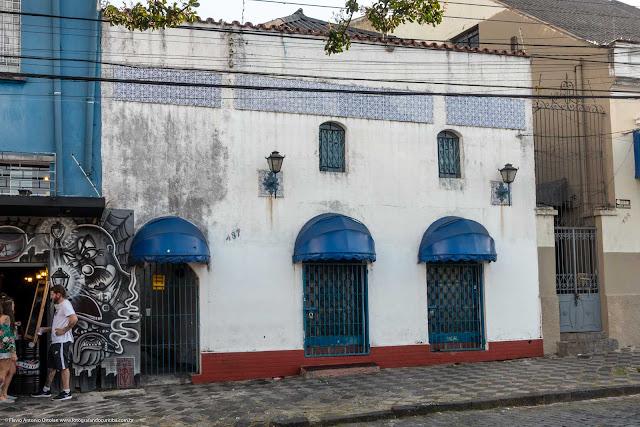 casa na Rua Paula Gomes com barra de azulejos