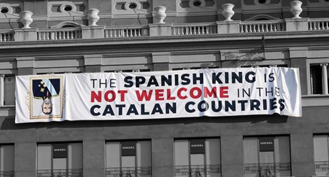 """Despliegan pancarta contra Felipe VI en Barcelona: """"El rey de España no es bienvenido en los países catalanes"""""""