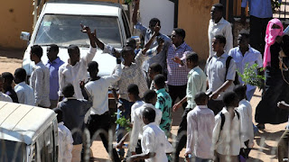السودان تعلن توقف الدراسة بعد احتجاجات شعبية هناك