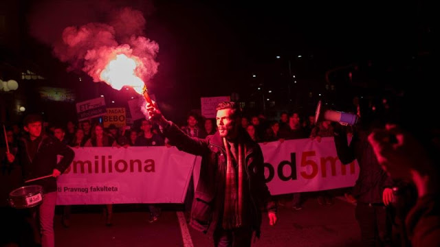 Miles de serbios se manifiestan contra su presidente