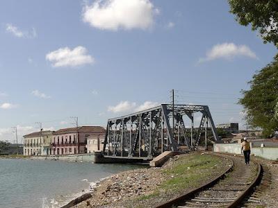 Eisenbahnbrücke zwischen Pueblo Viejo und Versalles über den Yumuri. Ein Mann läuft auf den Schienen, die auf die Brücke zuführen.