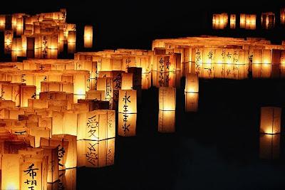 亡魂順著水燈享用普渡祭品