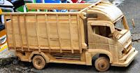 mobil-mobilan dari kayu sebagai keterangan dari pengertian seni kriya
