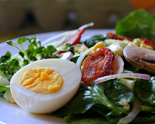 Spinach Salad with Warm Bacon Dressing ♥ KitchenParade.com, a traditional spinach salad with bacon, hard-cooked eggs, mushrooms. Such a classic, so satisfying.