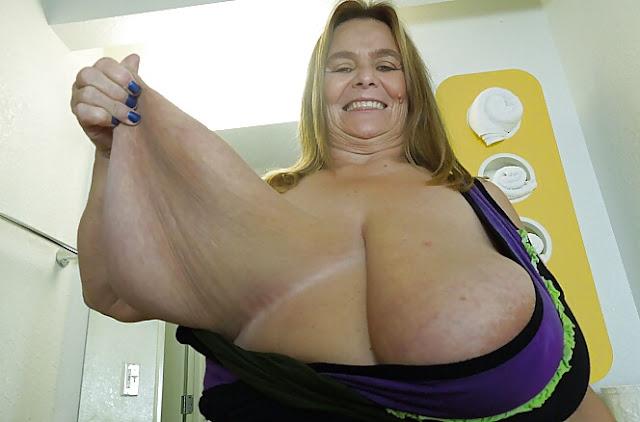 Foto vom dicken Hängebusen einer reifen Frau