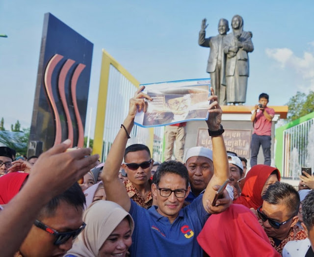 Pesan Cinta Sandiaga Uno dari Monumen Ainun Habibie