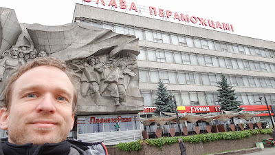 Monument in Minsk that has no background. So it was attached on to a pizzeria.