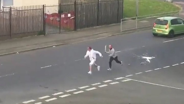 Σώθηκε από το…περιπολικό – Τον κυνηγούσε εξαγριωμένος άνδρας με μαχαίρι (βίντεο)