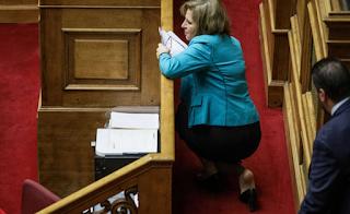Παραπάτησε και έπεσε στη Βουλή η Εύη Χριστοφιλοπούλου