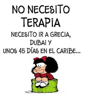 Ilustração do cartunista argentino, Quino. A personagem é Mafalda, uma menina de seis anos de idade, que odeia sopa e adora os The Beatles. Ela se comporta como uma típica menina na sua idade, mas tem uma visão humanista da vida e vive questionando o mundo à sua volta, principalmente o contexto dos anos 60 em que se encontra. Ela é baixinha, rosto redondo, pele clara que contrasta com seus cabelos escuros, curtos e cheios, com um grande laço de fita vermelha no alto da franja. Seus olhos são pequenos, o nariz é uma bolinha e a boca é um risquinho, mas quando Mafalda fala a boca fica larga e grande. Ela usa vestido vermelho com bolinhas pretas e gola branca, sapato preto com tirinha no peito do pé, meias brancas e curtas.   Descrição: Ao centro, Mafalda sentada sobre um puff verde em pose pensativa, com o rosto apoiado entre as mãos. Acima, lê-se: No necesito terapia. Necesito ir a Grecia, Dubai y unos quarenta e cinco dias en el Caribe...