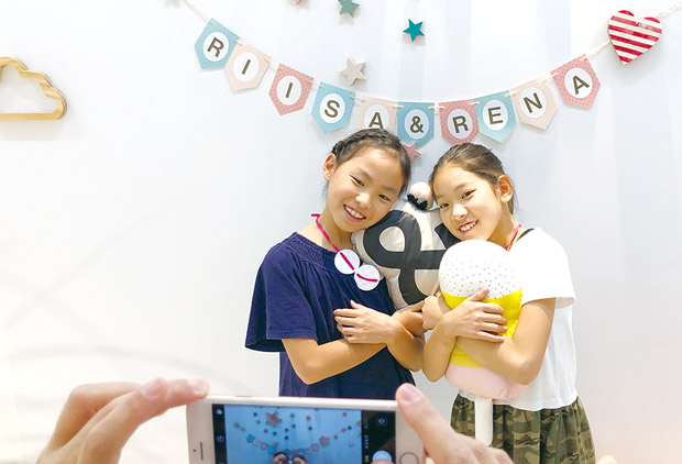 「OYACO nohana(オヤコノハナ)」のマグネットスペースで名前や誕生日を背景に記念撮影
