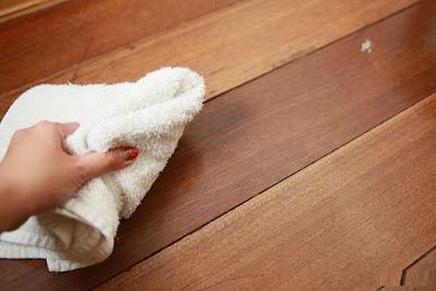 Làm sạch sàn gỗ tự nhiên