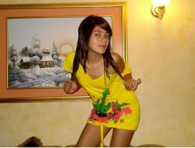 image Nena colombiana de 19 anos esta chateando en la ducha