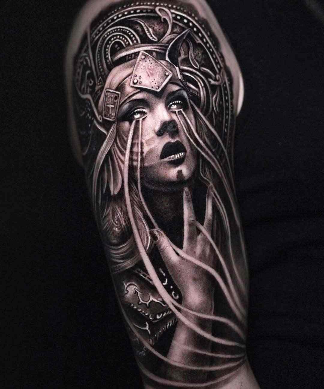 Espectacular tatuaje e blanco y negro