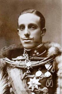 Retrato del rey a los 21 ños. Viste traje militar con las máximas condecoraciones militares.