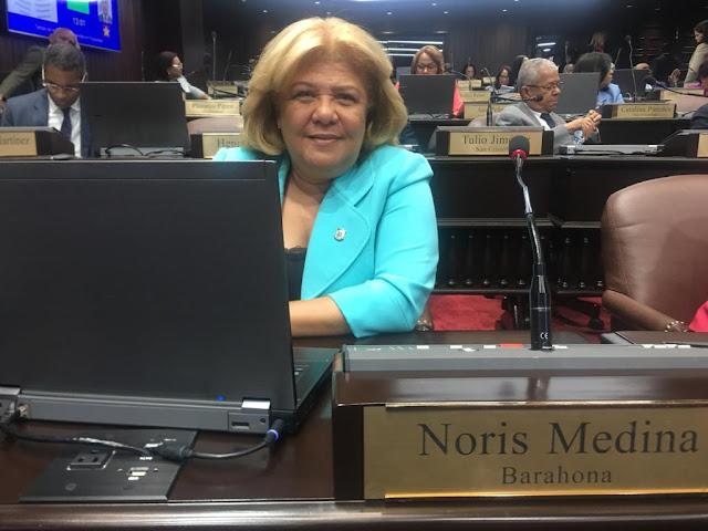 Diputada Noris Medina felicita las locutoras y locutores en su día.