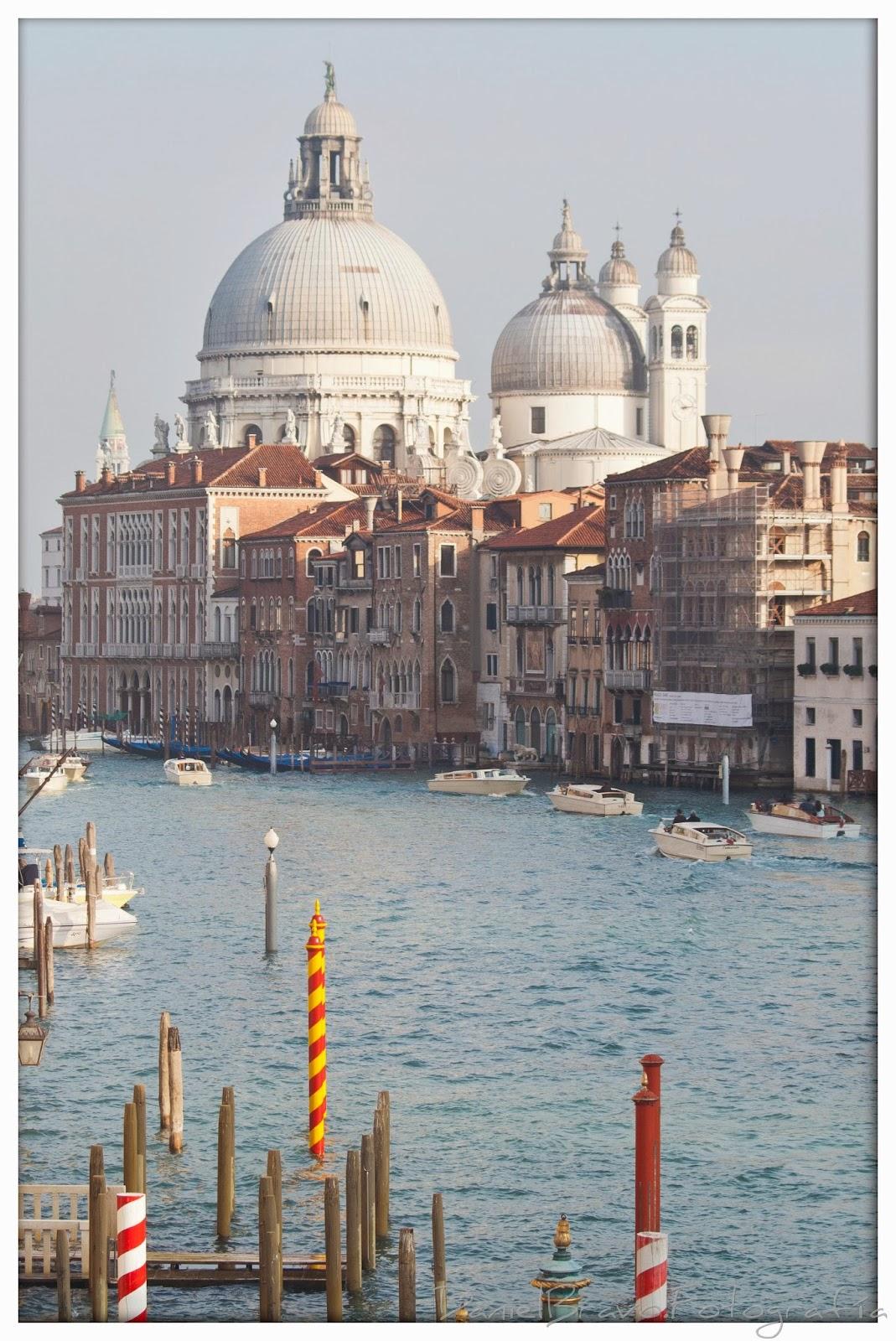 Gran Canal, muelles y cúpulas de la iglesia de La Salute en Venecia