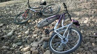 Dos bicis sobre un camino de piedras