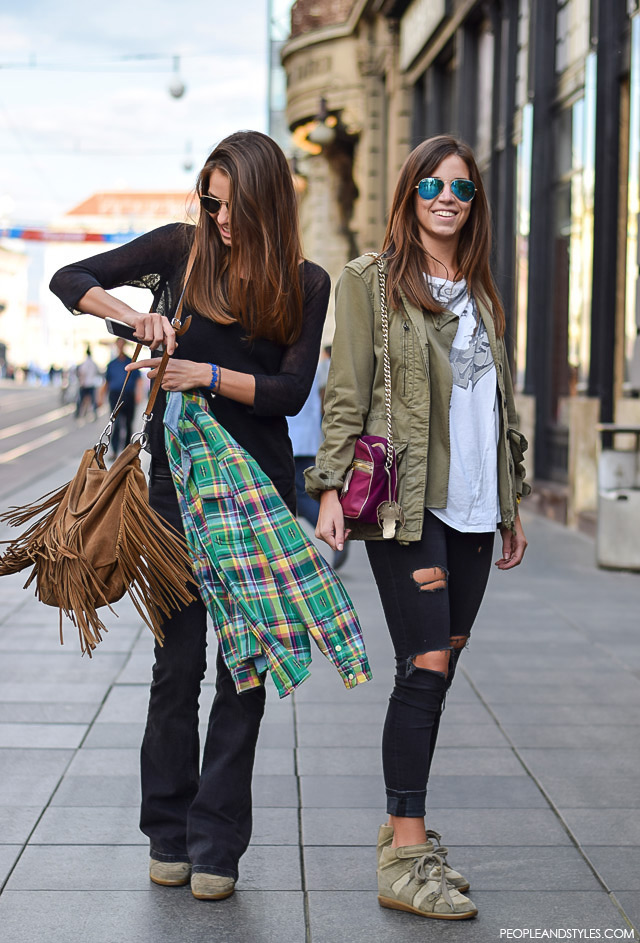 what to wear with flared jeans in the summer. Za dobar casual stajling potrebne su vam crne traperice - trapez ili poderane. Street style fashion. Za dobar casual stajling potrebne su vam crne traperice - trapez ili poderane. Petra i Sara Vladimir, rujan 2015. Zagreb by peopleandstyles.com