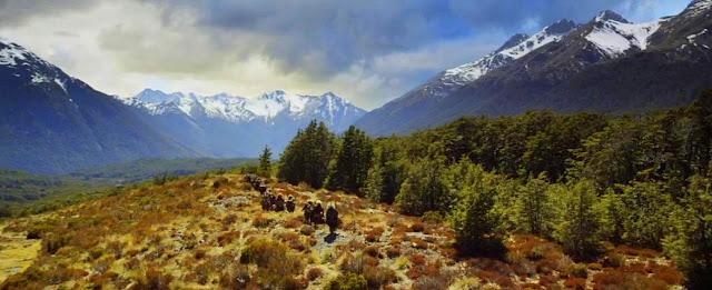 Paisagem do Filme O Hobbit - Landscape - Floresta e Montanhas com a Caravana de Bilbo, Gandalf e os Anões
