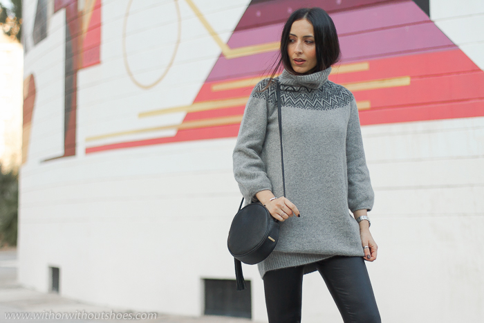 Influencer blogger valencia con look comodo estiloso idea como combinar leggings de vinilo con jersey de lana