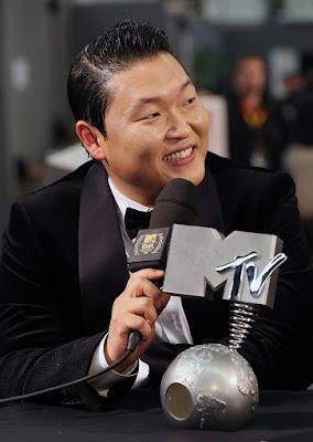"Biografi PSY  Biodata   Nama asli : Park Jae Sang  Tanggal lahir : 31 Desember 1977   Zodiac : Capricorn   Terkenal sejak merilis single """"Gangnam Style"""" (2012)  Warga Negara : Korea Selatan  Nama Istri : Yoo Hyeyeon   Biografi   Gangnam Style atau ""Gaya Gangnam"" adalah istilah yang digunakan oleh warga Korea Selatan untuk menggambarkan suasana hidup mewah yang berhubungan dengan distrik gangnam, yaitu sebuah kawasan yang makmur dan trendi di Seoul. Itulah review singkat tentang Lagu Gangnam Style PSY, dan berikut ini kita share adalah tentang Profil Biodata Gangnam Style PSY. PSY yang memiliki nama asli Park Jae Sang ini terlahir di Korea Selatan pada tanggal 31 Desember 1977. Ia menghabiskan masa kecilnya di Korea, lalu pernah mendaftar dan menjalani studinya di Boston University serta Berklee College of Music.  Psy menjalani debut di industri musik Korea pada bulan Januari 2001 dengan album berjudul PSY… From the Psycho World!, namun lagu ini membuatnya harus membayar denda karena terdapan konten-konten yang tidak senonoh. Psy adalah seorang penyanyi hip hop yang mengacak-ngacak belantika musik pop Korea dengan liriknya yang berani, gaya dance nya yang unik dan penampilan yang tidak seperti biasa, karenanya itu ia dijuluki sebagai"