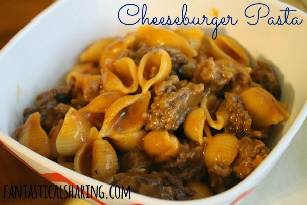 Cheeseburger Pasta // 5 ingredients and one skillet will get you this delicious quick weeknight meal perfect for the whole family! #recipe #pasta #onepot #beef #easyrecipe #easydinner