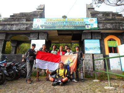 gerbang pendakian ke gunung lawu via cemoro sewu