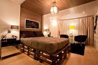 cama elegante hecha con palets