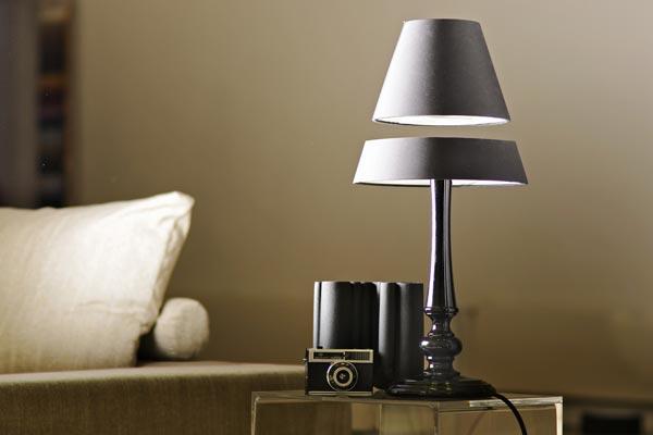 Lampada da tavolo a led dal design classico ma con sorpresa - Lampada da tavolo design ...