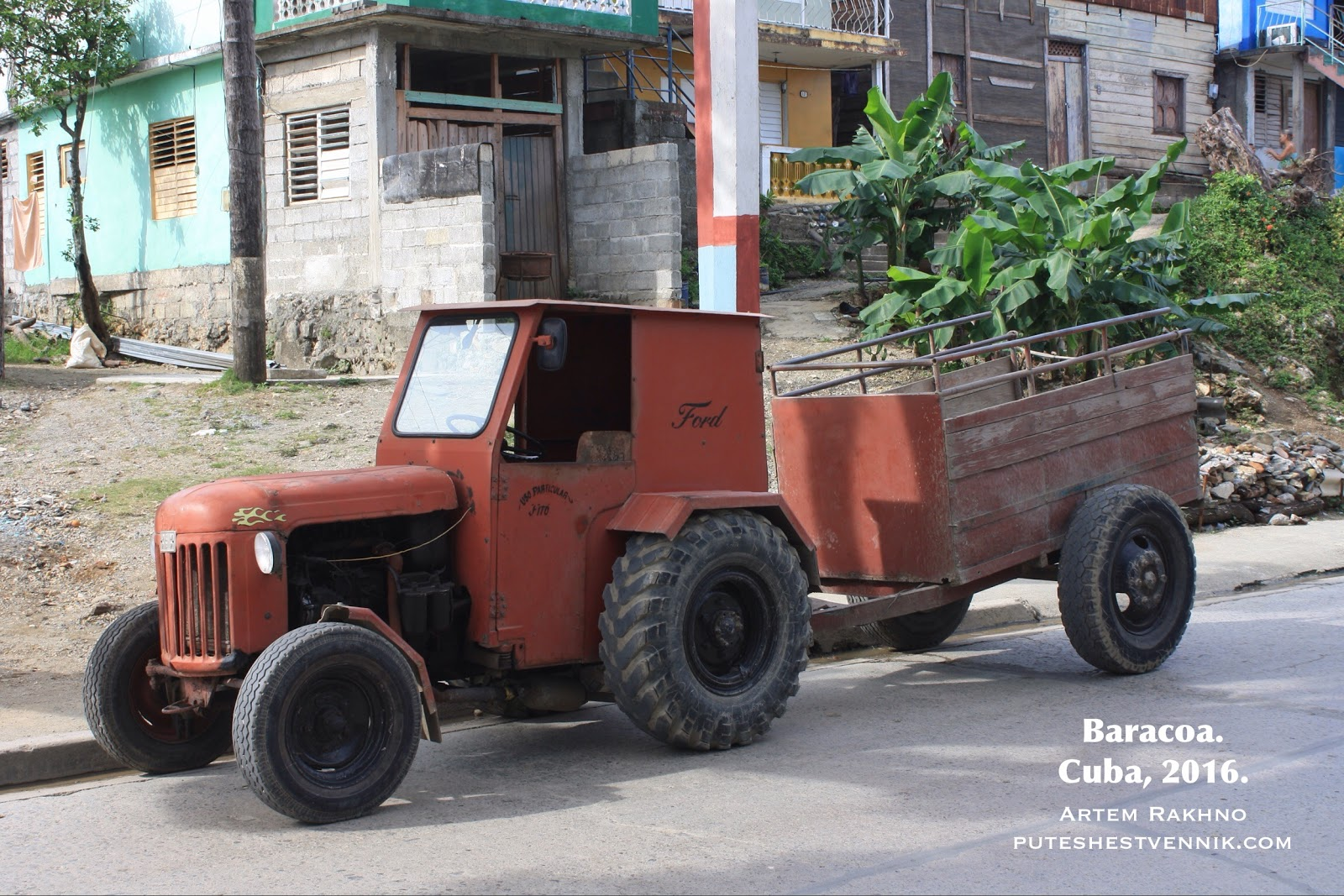 Старый трактор на улице в Баракоа