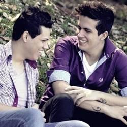 """Os irmãos Diego e Junior consegue destaque no Twitter com a música """"iPhone""""."""