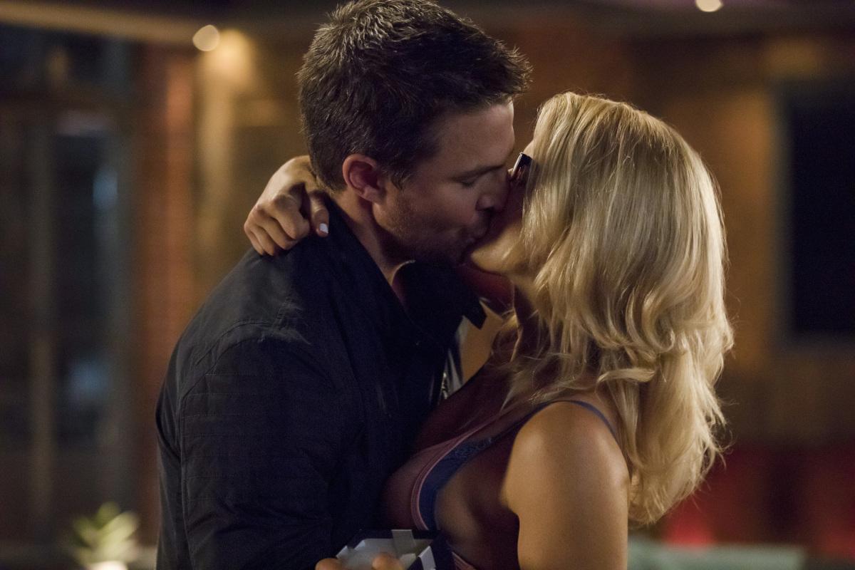 Stephen Amell y Emily Bett Rickars en Arrow de CW