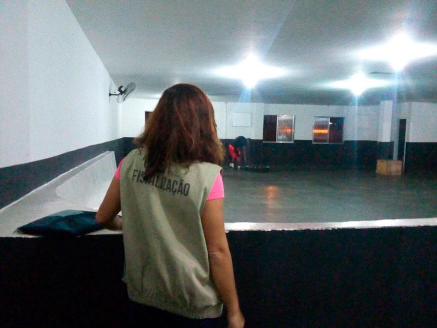 Fiscal do CRE1 em salão de musculação. Foto: CREF1/Divulgação