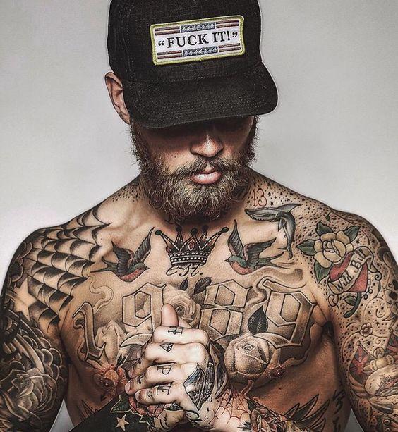tatuagem masculina pequena no peito