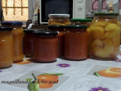 Conservas caseras de melocotón, tomates y mermeladas