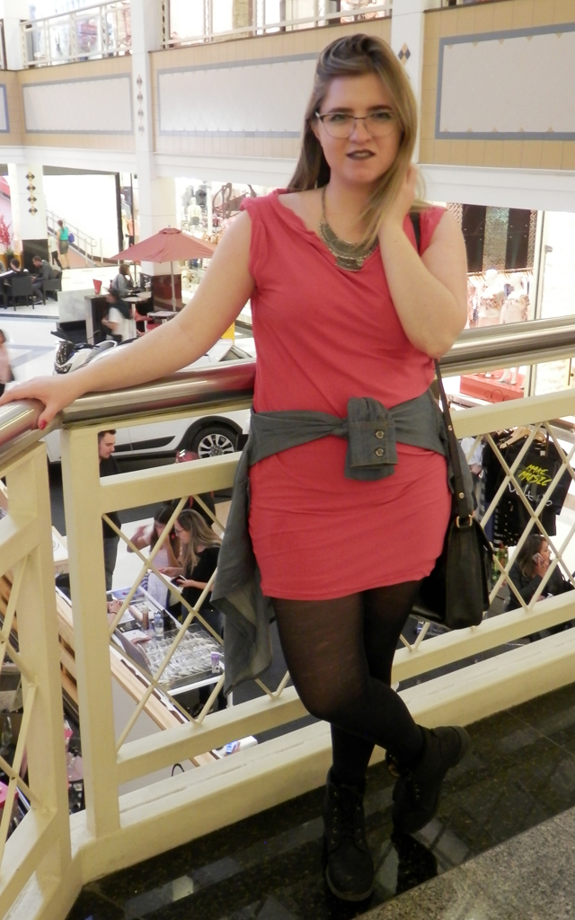 Look: Vestido de malha com coturno